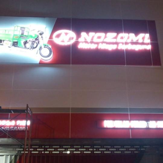 Pemasangan ACP untuk gedung Showroom NOZOMI Surabaya